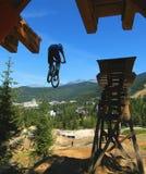 De Stunt van de Daling van de Fiets van de berg Stock Afbeelding