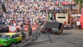 De stunt van Performing Two-Wheel Driving van de autobestuurder met het autolichaam stock videobeelden