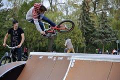 De stunts van de fiets in Rozelor Skatepark, Cluj Royalty-vrije Stock Fotografie