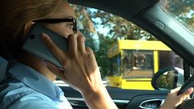 De succesvolle bedrijfsdame plakte in opstopping, antwoordend op telefoongesprek, verkeer stock videobeelden