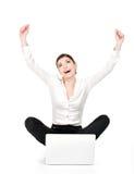 Succesvolle bedrijfsvrouw opgeheven handen omhoog Stock Afbeeldingen