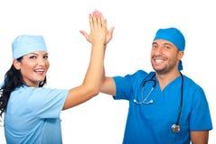 De succesvolle chirurgen geven hoogte vijf royalty-vrije stock fotografie