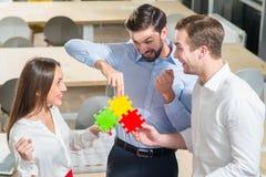 De succesvolle drie arbeiders zijn gelukkig voor goed uitgevoerde baan Royalty-vrije Stock Foto