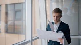 De succesvolle Europese zakenman bekijkt startproject status in bureauruimte stock video