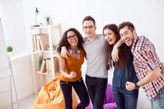 De succesvolle jonge collega's drukken positieve emoties uit Stock Foto