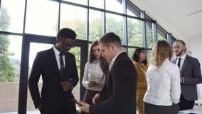 De succesvolle jonge multi-etnische bedrijfsmensen werken in conferentieruimte De stafmedewerkers van het teambankwezen, vergader stock footage