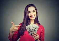 De succesvolle jonge rekeningen van de het gelddollar van de bedrijfsvrouwenholding Stock Foto's