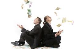 De succesvolle mensen werpen omhoog een geld stock foto's