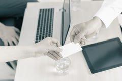 De succesvolle overeenkomst, zakenman geeft u zaken, bezoekkaart Stock Foto's