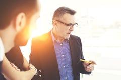 De succesvolle partners in het werk die zich op exemplaar bevinden plaatsen gebied voor uw reclame uit elkaar royalty-vrije stock afbeeldingen