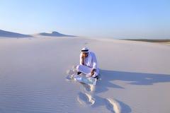 De succesvolle sjeikzakenman communiceert op smartphone met bu Stock Fotografie