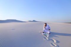 De succesvolle sjeikzakenman communiceert op smartphone met bu Stock Foto's