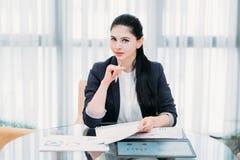 De succesvolle vrouwelijke carrière van het bedrijfsvrouwenwerk stock afbeeldingen