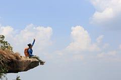 De succesvolle vrouwenwandelaar geniet van de mening Stock Foto's