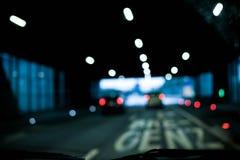 De suddiga bilarna som framme går ut ur tunnelen av Bregenz Arkivbild