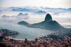 De Sugarloaf-berg in ochtendmist en Botafogo-baai Royalty-vrije Stock Foto's