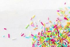 De suiker bestrooit op een witte achtergrond als decoratie voor cake royalty-vrije stock foto