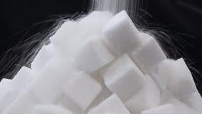 De suiker die pored op een stapel van suikerkubussen zijn stock footage