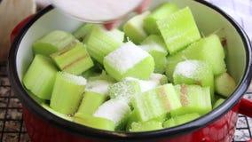 De suiker wordt toegevoegd aan verse, besnoeiingsrabarber en maakt marmelade stock footage
