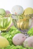 De suikergoedPaaseieren op Bed van omfloersen Document en in Roze en Groen Cr Royalty-vrije Stock Foto