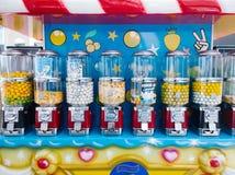 De suikergoedwagen, kleine push-cart stijl behandelde wagen die Suikergoed, chocolade, koekjes, en andere snoepjes verkoopt Stock Afbeelding