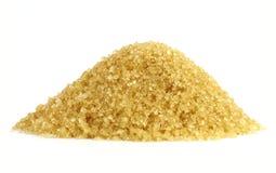 De suikerhoop, de vorm van de Suikerberg korrelde gele suiker, Stapel van bruine suiker van suikerrietriet, Sucrose witte achterg stock foto