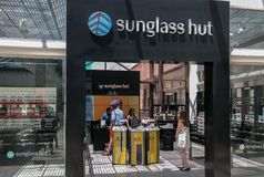 De Sunglasshut is een internationale die detailhandelaar van zonnebril in Miami, Florida, Verenigde Staten, in 1 wordt opgericht stock fotografie