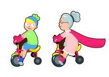 De super grootmoeder berijdt een fiets met haar kleinzoon stock foto