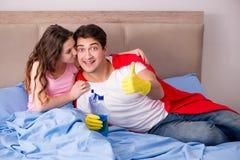 De super heldenechtgenoot in bed Royalty-vrije Stock Foto