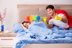 De super heldenechtgenoot in bed Stock Foto's