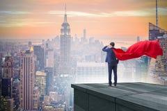 De super heldenzakenman bovenop de bouw klaar voor uitdaging royalty-vrije stock foto's