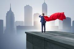 De super heldenzakenman bovenop de bouw klaar voor uitdaging royalty-vrije stock afbeeldingen