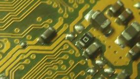 De super (10x) Macrocamera Dolly langs computermotherboard; het begin op de lagere sectie beweegt dan zich diagonaal om op een ci stock footage