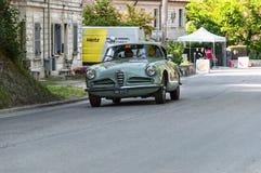De SUPER SPRINT die van ALFA ROMEO 1900 C 1956 op een oude raceauto in verzameling Mille Miglia 2017 REIZEN Stock Fotografie