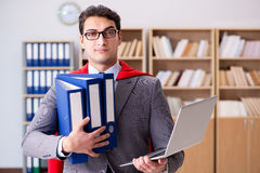 De superherozakenman die in het bureau werken Royalty-vrije Stock Foto's