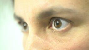 De Suppriseduitdrukking op het gezicht, vrouwelijke ogen sloot dicht wijd het openen stock video