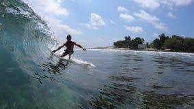 De surfer berijdt glasheldere oceaangolf stock videobeelden