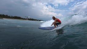 De surfer berijdt de golf stock video