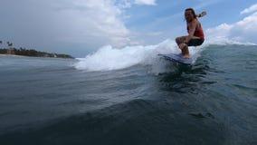 De surfer berijdt de golf stock footage