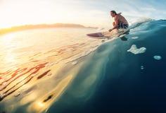 De surfer berijdt golf royalty-vrije stock foto's