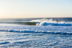 De surfer berijdt Holle Golfochtend Royalty-vrije Stock Afbeelding