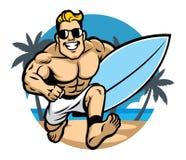 De surfer die van het spierlichaam bij het strand lopen Stock Foto's