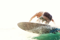 De surfer neemt een golf van het water op Royalty-vrije Stock Fotografie