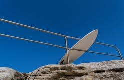De surfplank leunt op de omheining royalty-vrije stock afbeeldingen