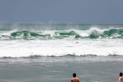 de surfplank van het mensenspel Stock Afbeelding