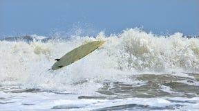 De surfplank van Riderless in lucht Stock Afbeeldingen