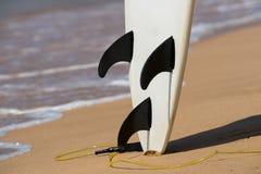 De surfplanken legt op het tropische strand stock foto's