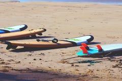 De surfplanken liggen op het gele zand Stock Fotografie