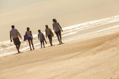 De Surfplanken van het Meisjeskinderen van familieouders op Strand Royalty-vrije Stock Afbeeldingen