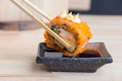 De sushi Californië rolt onderdompelende saus met eetstokjes Japanse FO stock fotografie
